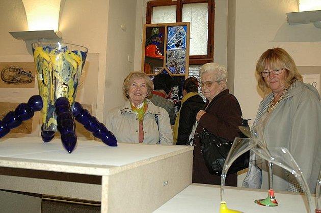 V galerii Jídelna Vlastivědného muzea a galerie v České Lípě se koná výstavaKřehké zboží, která prezentuje tvorbu studentů novoborské sklářské školy.