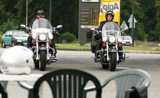 Oblíbeným místem motorkářů je čerpací stanice u Dubé. Zde se scházejí a sdělují si zážitky z jízdy v zatáčkách mezi Mělníkem a Dubou.