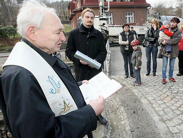 Stanislav Bečička při žehnání základnímu kameni základu pro sousoší Kalvárie v Kamenickém Šenově v dubnu 2014.