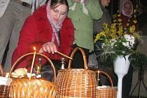 Pravoslavně věřící ukrajinka Vlasta Sabadoshová s celou rodinou přišla do českolipského kostela oslavit znovuzrození Krista a jak tradice praví, nechala si vysvětit přinesené pokrmy.