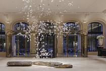 Osm stovek platanových listů z ručně foukaného skla, které vyrobili skláři v Lindavě na Českolipsku, zdobí nově otevřený hotel Peninsula v centru Paříže.