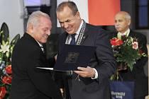 Hejtman předává poctu Luboši Novákovi.