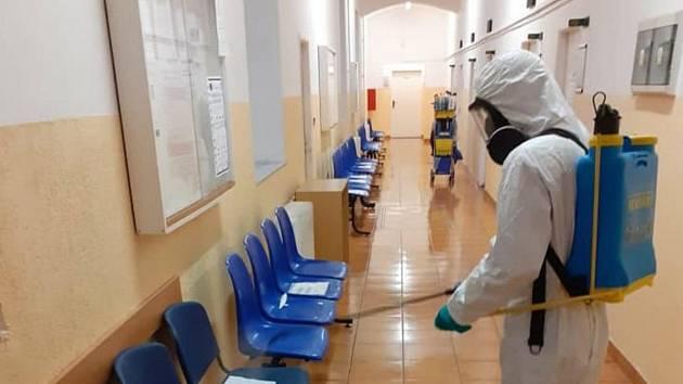 Dobrovolní hasiči zČeské Lípy dezinfikovali prostory odboru sociálních věcí a zdravotnictví v Děčínské ulici.