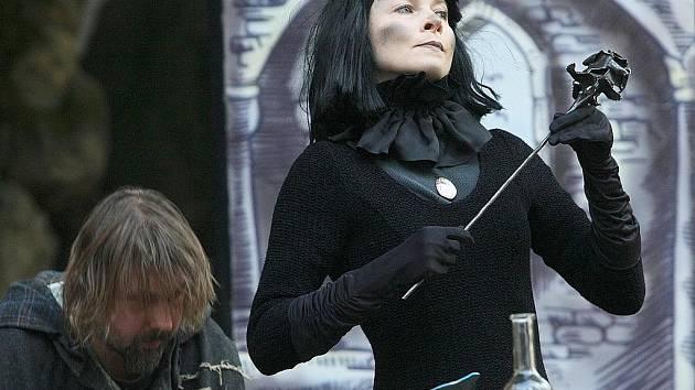 Páteční večer se pódium proměnilo v hrad obývaný černou paní, kterou mág Čarostřed zaklel, protože se odmítla stát jeho ženou.