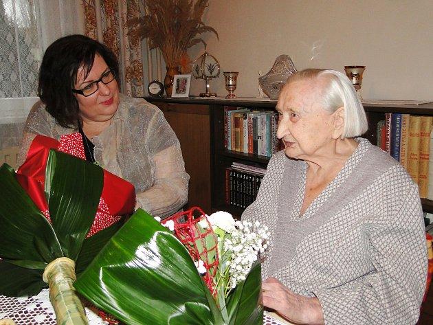 Třetího stoletého obyvatele města má od 23.prosince Česká Lípa. Ten den oslavila velké životní jubileum paní Anna Sitná. Pogratulovat jubilantce přišla istarostka města Romana Žatecká.