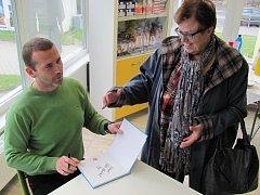 Petr Havlíček při podepisování své knihy.