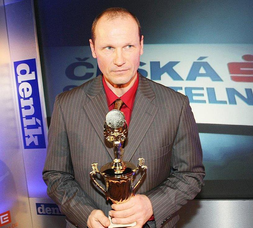Deník ocenil nejúspěšnější sportovce uplynulého roku. Třetí místo v kategorii trenér roku získal karatista Pavel Znamenáček.