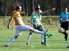 Novoborský Stromecký (v zeleném) bojuje o míč s Burantem.