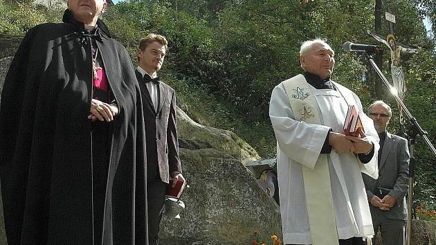 NEJVÝZNAMNĚJŠÍ památkou v K. Šenově je Křížová cesta. Kapli na jejím začátku i samotnou stezku požehnal biskup Jan Baxant.