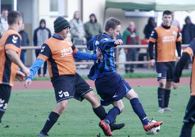 Dubice (modré dresy) porazila Zákupy 3:0.