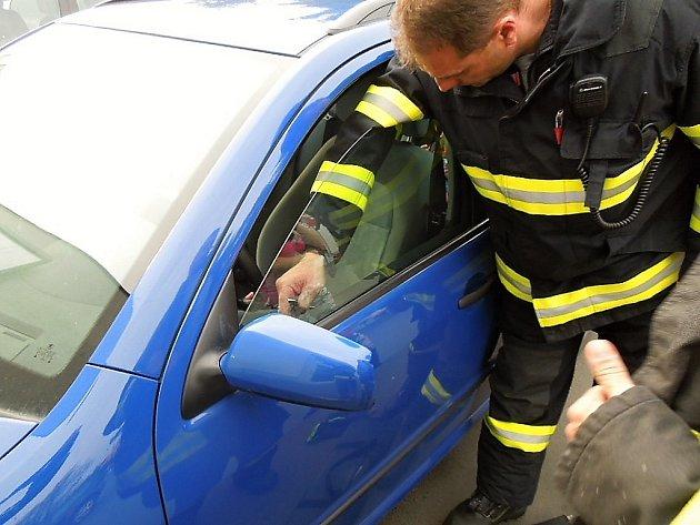 Hasiči otevírali auto se zamčenou holčičkou.