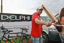 Delphi Packard Electric končí výrobu v české Lípě a přesouvá se do Rumunska. Několik stovek lidí demonstrovalo před branami podniku za vyšší odstupné.