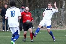Mimoň - Stráž nad Nisou 0:0. Domácí Mikloda (v červeném) bojuje s Hošicem.