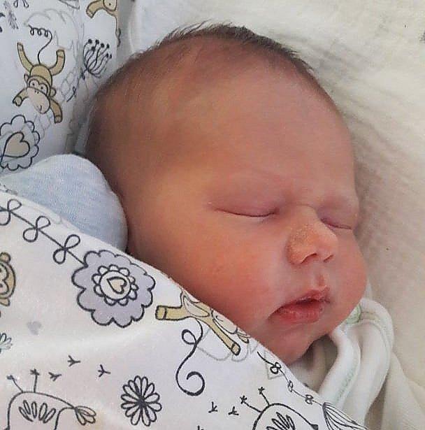 Rodičům Monice a Michalovi Rezlerovým z Malé Skály se v neděli 3. května v 19:08 hodin narodil syn Jakub Rezler. Měřil 49 cm a vážil 3,05 kg.