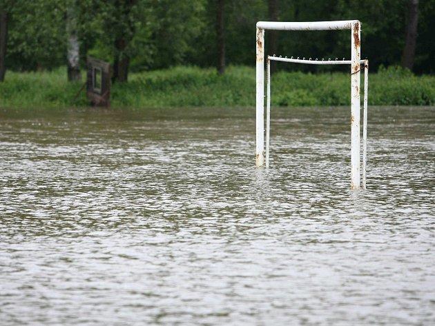 Pod vodou je fotbalové hřiště vJezvé.