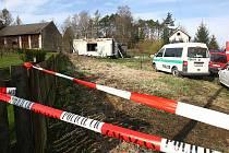 Dva lidé v noci na středu zahynuli při požáru rekreační chalupy ve Zbynech.