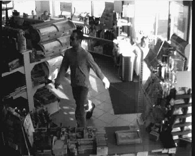 Záběry průmyslové kamery z přepadení benzinky v Doksech