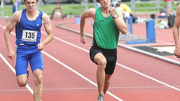 Třetí místo ve finálovém běhu na 100 m vybojoval Michal Šenfeld z AC Česká Lípa (vlevo) před mosteckým Tomášem Maleckým.