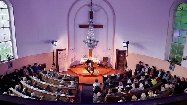 Publiku se během koncertů představí neprávem opomíjená významná sakrální městská památka – kostel Mistra Jana Husa Církve československé husitské.