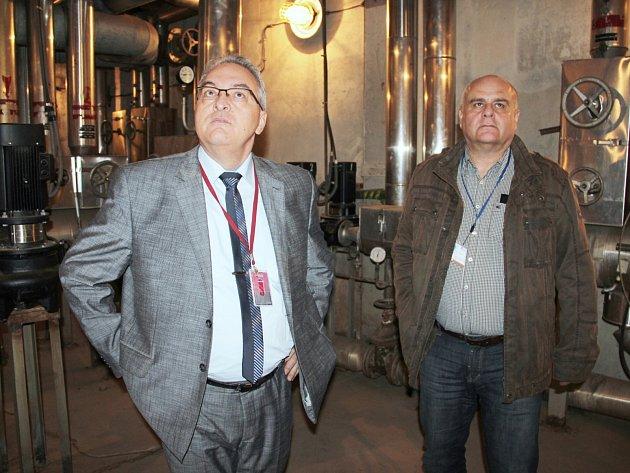 Radní Petr Tulpa (vlevo) si prohlédl některá pracoviště, ale i na střechu monobloku, strojovnu chlazení, strojovnu vzduchotechniky pro operační sály, strojovnu výtahů nebo nově přemístěné a rekonstruované sesterny.