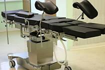 Nové operační stoly.