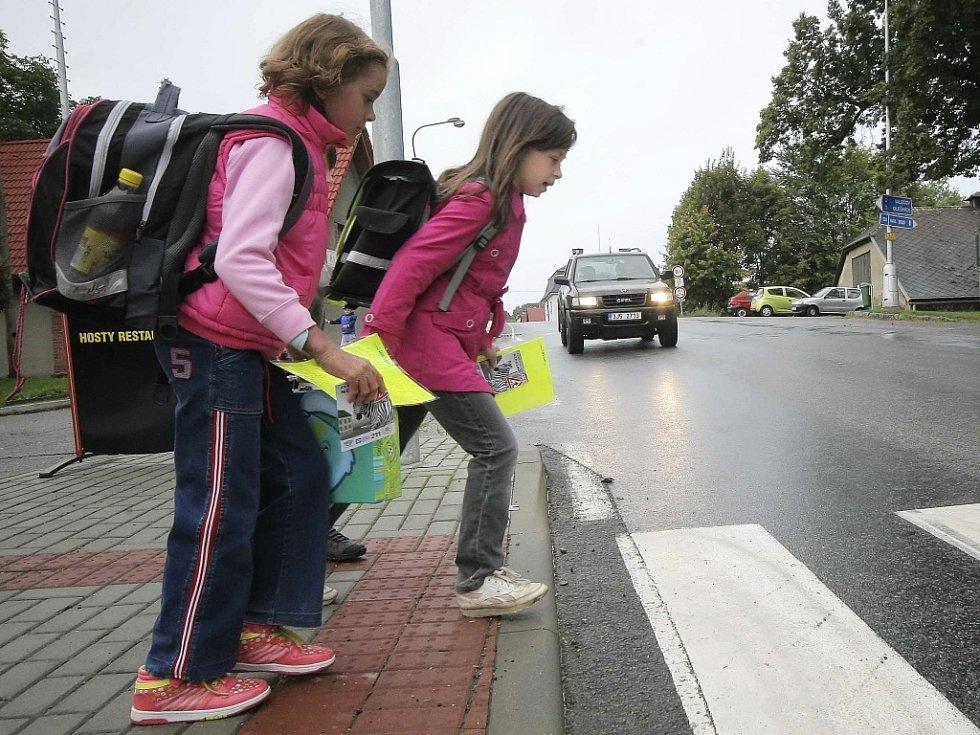 """Se zahájením školního roku policisté nejen věnují zvýšenou pozornost okolí škol, ale také spustili preventivní kampaň """"Zebra se za tebe nerozhlédne!""""."""