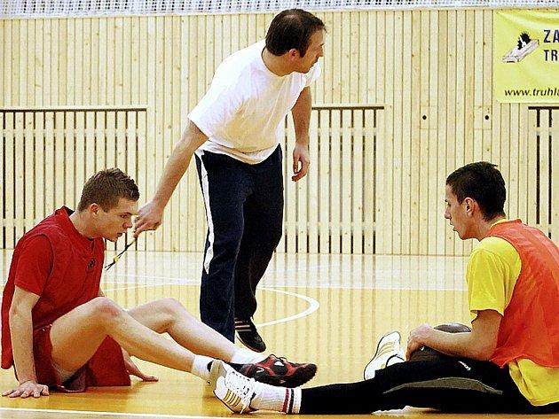 Příprava týmu Arsenalu před startem jarní části. Zleva makedonský obránce Edis Zulič, asistent trenéra Petr Silný a brankář Daniel Bojčuk.