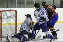 Bojovný zápas před 200 diváky předvedl domácí HC s Lomnicí.