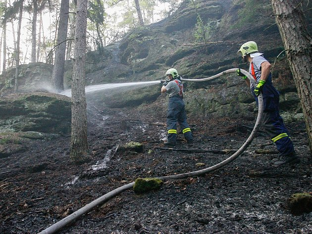 Skalnatý terén komplikoval hasičům zásah v lese v Hradčanech.