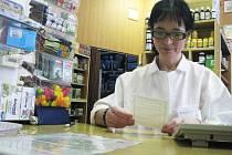 CVIKOVSKÁ LÉKARÁNICE jARMILA SKOPOVÁ Podle ní si malé lékárny nemohou dovoilit odpouštění regulačních poplatků. Už nyní jim podle ní z poplatku zbývají přibližně pouhé čtyři koruny
