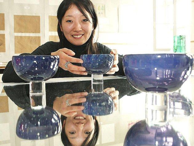 Závěrečnou práci na sklářské škole v Novém Boru obhajovala před maturitní komisí šestadvacetiletá studentka z Japonska Rie Arai.