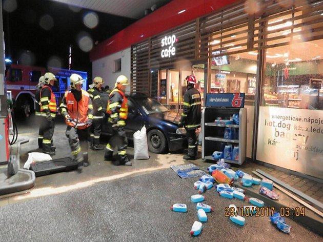 Škodu 125 000 korun způsobil na benzince v Novém Boru opilý a zdrogovaný řidič.