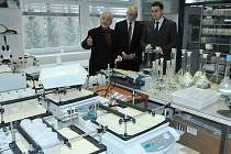 Laboratořemi firmy Mega Stráž pod Ralskem provedl generální ředitel Luboš Novák hejtmana Martina Půtu a radního Josefa Jadrného.