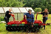 Zaměstnanci sociální farmy u nového stroje.
