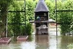 """Velký Grunov """"plave"""". Voda z Panenského potoka se v neděli začala dostávat do domů."""