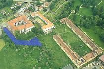 Pozemek číslo 976/3 (vyznačený modře) historicky patřil k zámku. Ten ho má nyní zpět. Jde o další krok k rekonstrukci hospodářského dvora (soubor budov vpravo).