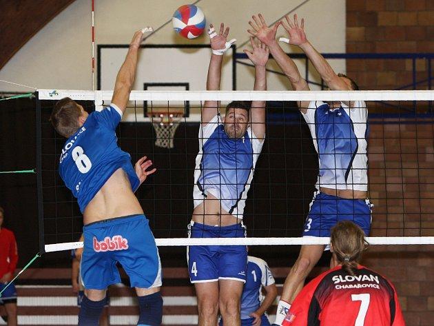 Druhé místo v tabulce druhé ligy volejbalu si upevnili hráči českolipské Lokomotivy po dvou vítězstvích v poměru 3:1 na domácí palubovce nad Slovanem Chabařovice.