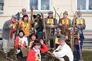 """Díky dobrovolníkům ze Ski Polevsko, kteří zajistili """"lokální sněžení"""" na náměstí, mohl proběhnout závod na historických lyžích."""