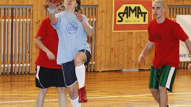 """Šestý ročník basketbalové akce pro milovníky této hry se uskutečnil v Zákupech. Petra Ekrtová se prosadila pod košem družstva """"červených""""."""