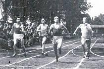 RYCHLONOŽKA. Jindra Carda (uprostřed).