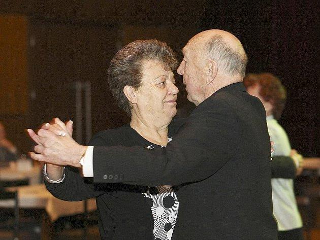 Kulturní dům Crystal v neděli pokračoval v úspěšných plesech pro seniory. Tentokráte hrála k tanci a poslechu známá Přívoranka a celý večer moderoval Zdeněk Kaňka.