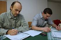 Za peníze od Úřadu práce Česká Lípa se lidé z firmy Logis Volt Jiří Halada a Petr Barták učí obchodní angličtinu.