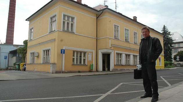 Miroslav Coufal před novoborským úřadem práce