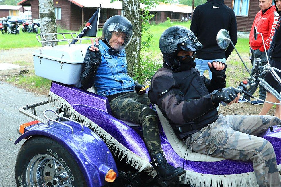 """Dětem, která vážně zranila auta, pomáhají motorkáři z Doks. Ti pořádali na Bílém Kameni sraz motorek, veteránů, """"amerik"""", tuningových aut a všeho, co má motor."""