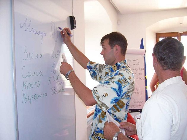 Kazaši se učí napsat česky své jméno