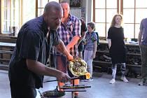 Ceny Thálie se znovu rodí u pecí vLindavě. Jedna zcen je poprvé zuranového skla.