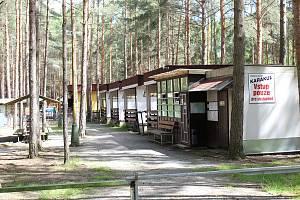 Kempy v okolí Máchova jezera zatím zejí prázdnotou a jejich provozovatelé je postupně připravují pro návštěvníky.