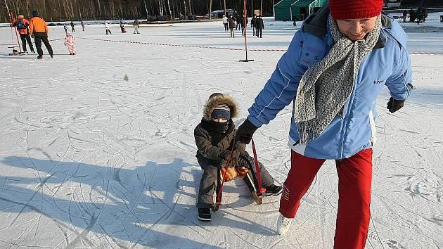 Obecní úřad ve Sloupu v Čechách v neděli připravil pro děti soutěžní odpoledne na zamrzlé hladině Radvaneckého rybníka.