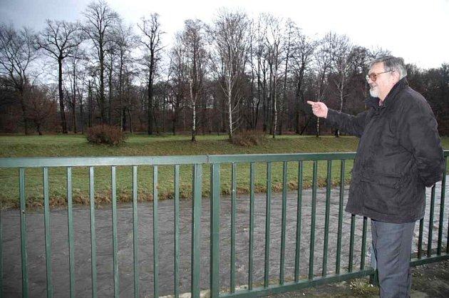 Stanislav Baloun ukazuje kudy povede cyklostezka