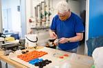 Ve výrobnu respirátorů se proměnila dílna Střední uměleckoprůmyslové školy sklářské v Kamenickém Šenově. Vznikají tu ochranné respirátory a brýle. Za pomocí 3D tiskárny a laseru.